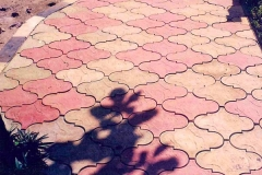 CVBT paving slaps at the police station in Tung Phon Didtrict, beautiful in Spanish pattern. ¿ØµºÒ··Ã§ä·Â »Ù㹺ÃÔàÇdzʶҹյÓÃǨ·ÕèÍÓàÀÍ·Ø觽¹ ÊǧÒÁã¹áººÅÇ´ÅÒÂÊà»¹